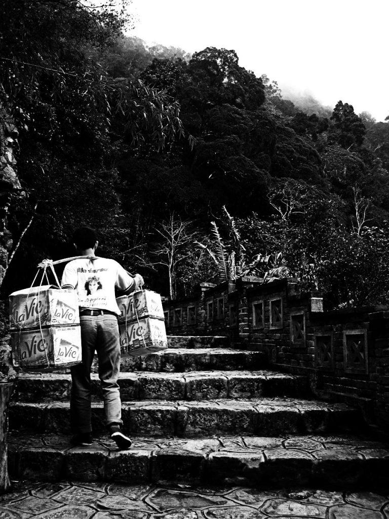 Người gánh hàng thuê tại Yên Tử