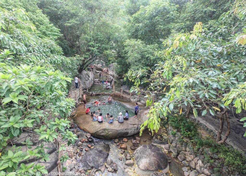 bể tắm bằng đá khổng lồ
