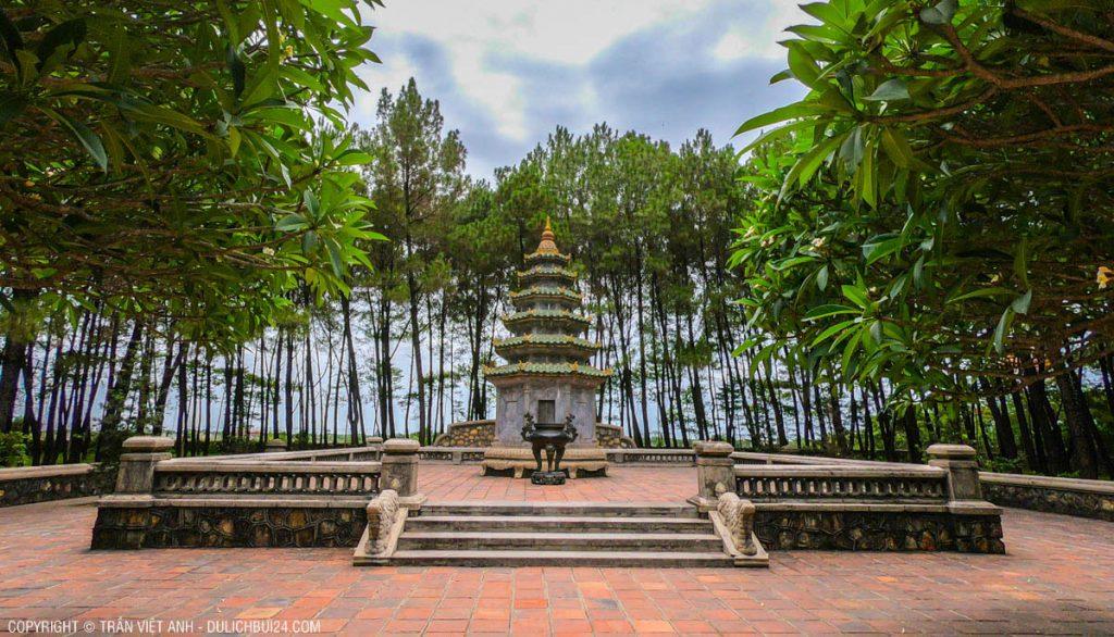 mộ tháp chùa thiên mụ - tour huế 1 ngày từ đà nẵng