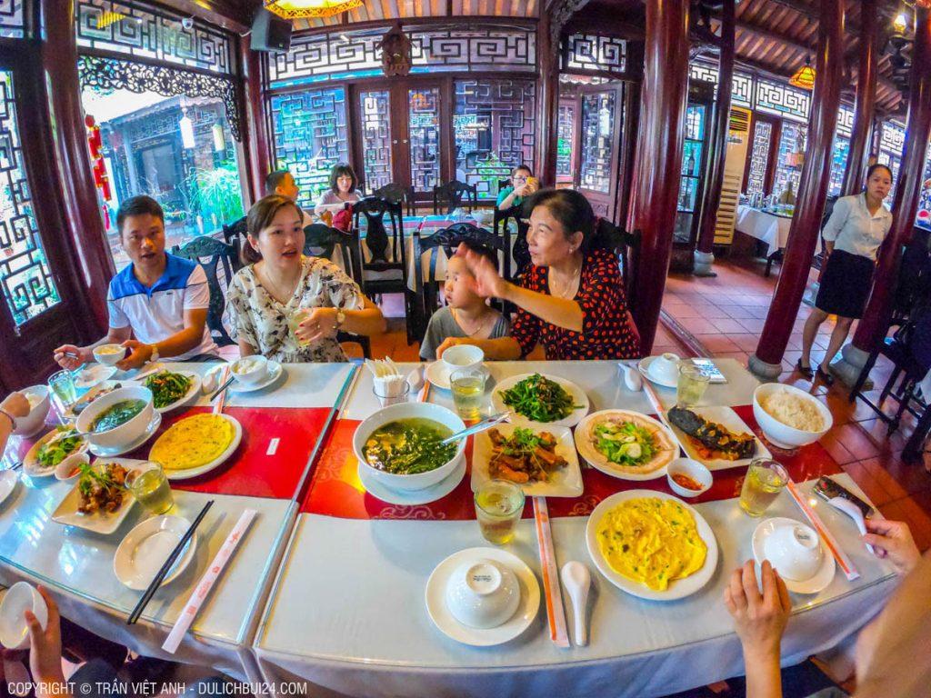 Ăn cơm trưa cùng đoàn tour ghép đi Huế 1 ngày từ Đà Nẵng.
