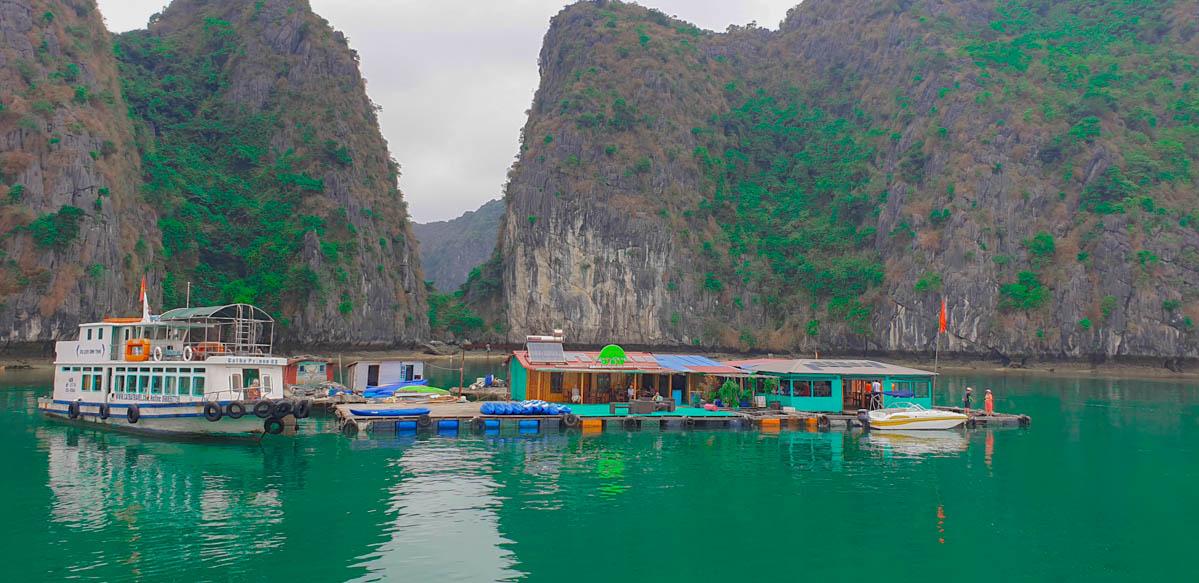 Nhà bè nổi trên vịnh Lan Hạ