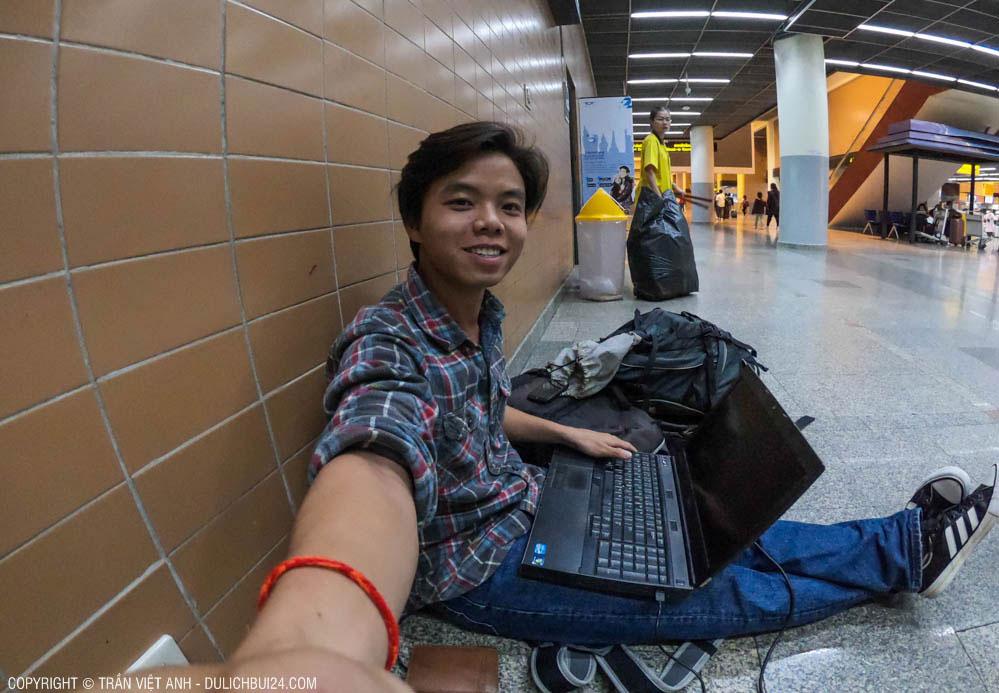 Ngồi làm việc ở sân bay Don Muang (Bangkok)