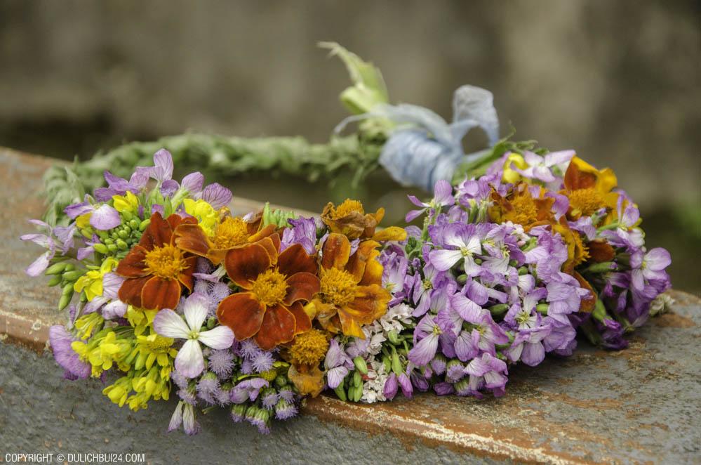 Tác phẩm vòng hoa do các bạn nhỏ H'Mông tết, đẹp nhỉ! (Ảnh bài review tour du lịch Hà Giang 2 ngày 1 đêm)