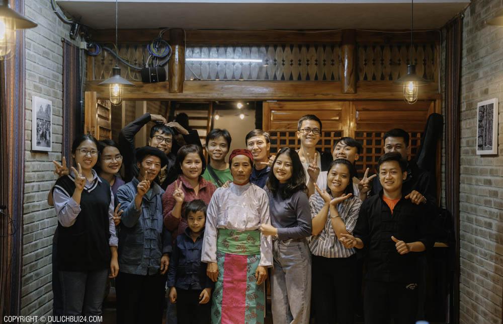 chụp ảnh cùng cô chú nghệ nhân người H'Mông ở Đồng Văn