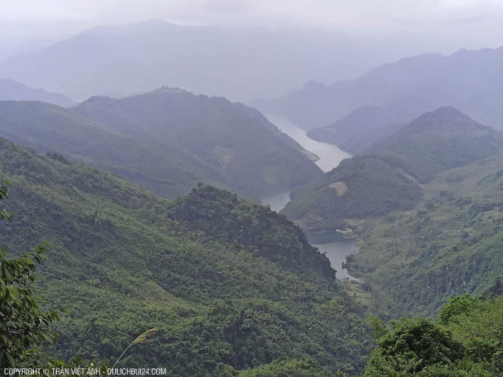 Đường vào bản Sưng này, nhìn xuống lòng hồ Hòa Bình, đẹp tuyệt vời