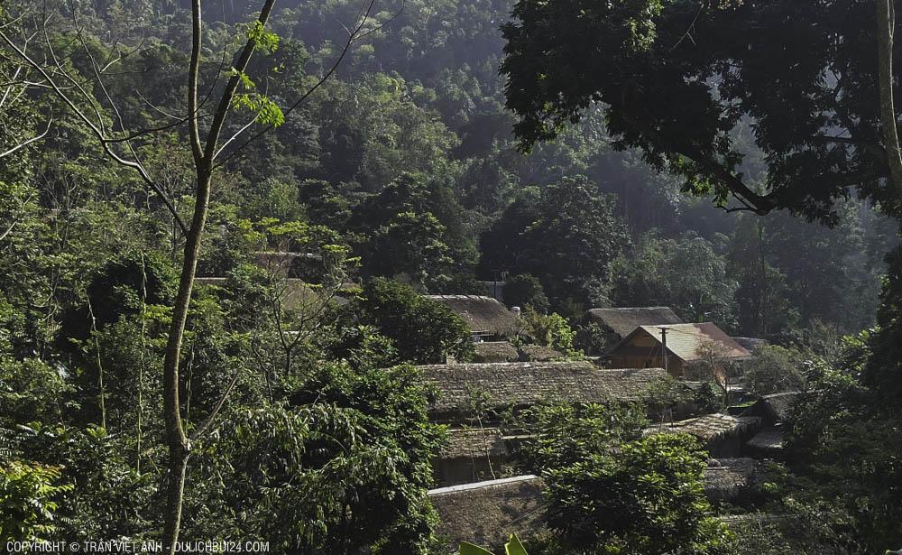 Ngồi làng nhỏ nằm nép trong rừng già