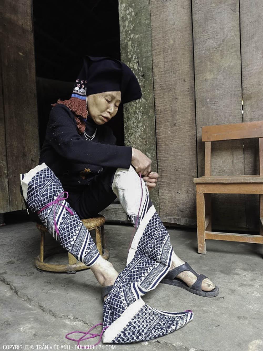 Cụ bà đang thay bộ quần áo truyền thống để khoe với cả đoàn.