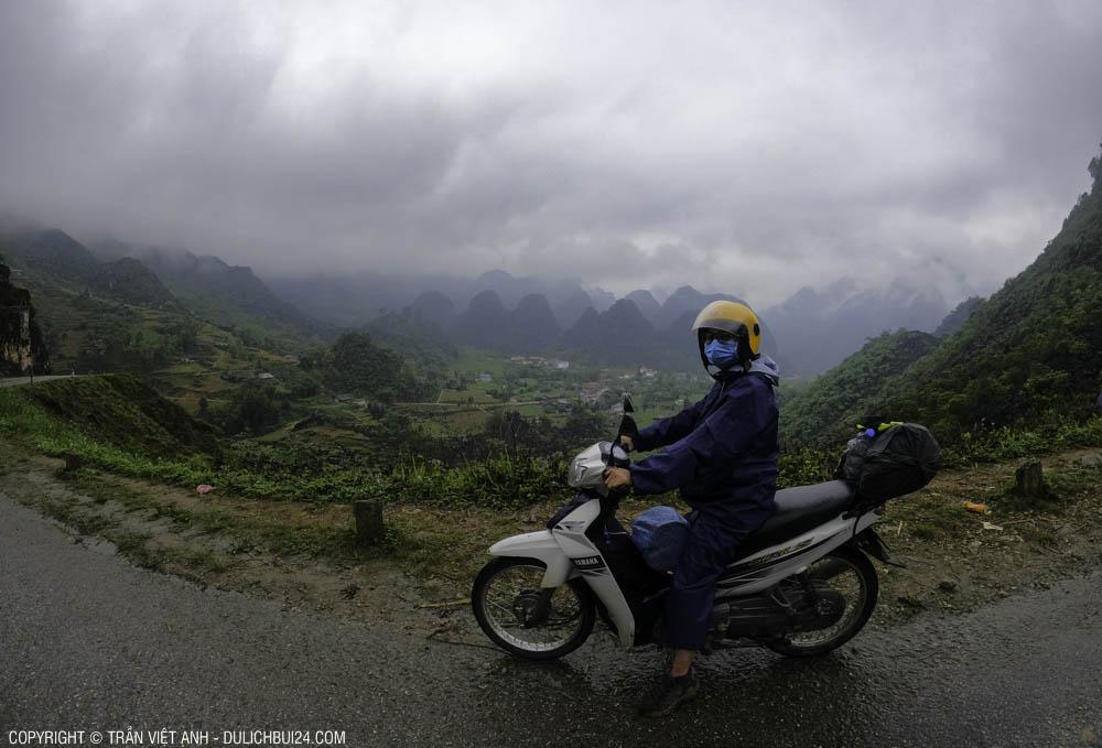 Cô bạn mình trong chuyến đi tour hà giang xe máy