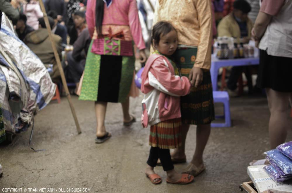 Cảnh đúa ép né bên mẹ giữa phiên chợ (Ảnh chụp trong chuyến tour xe máy Hà Giang)