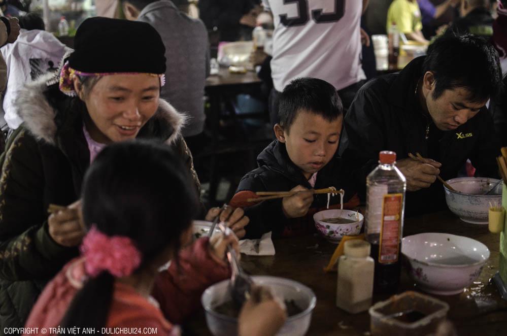 Gia đình ăn phở ở chợ phiên Đồng Văn - Tour xe máy Hà Giang